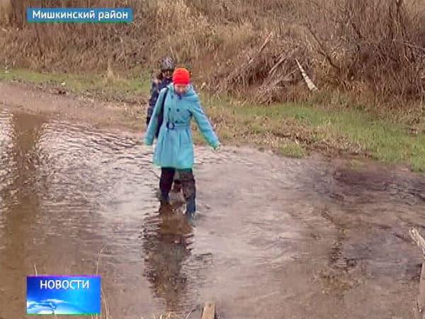 В школу, рискуя жизнью, вынуждены добираться старшеклассники из Старокульчубаево, что в Мишкинском районе