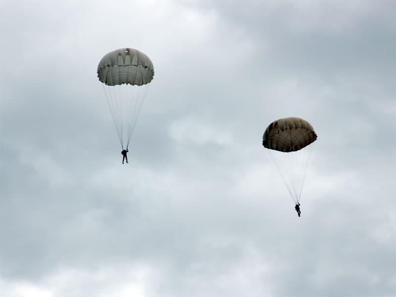 В Мишкинском районе начались прыжки с парашютом (фото)