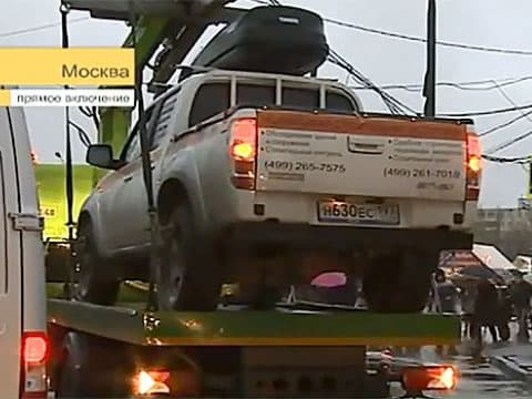В Москве водитель почти сутки не дает эвакуировать свой автомобиль (+1 видео)