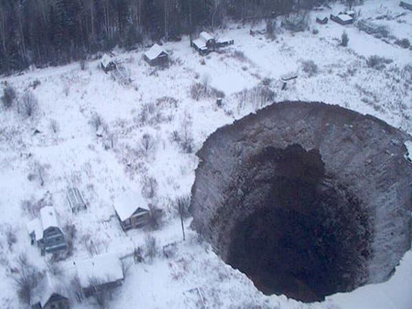 Провал грунта площадью 600 кв. метров произошел в Соликамске (фото)