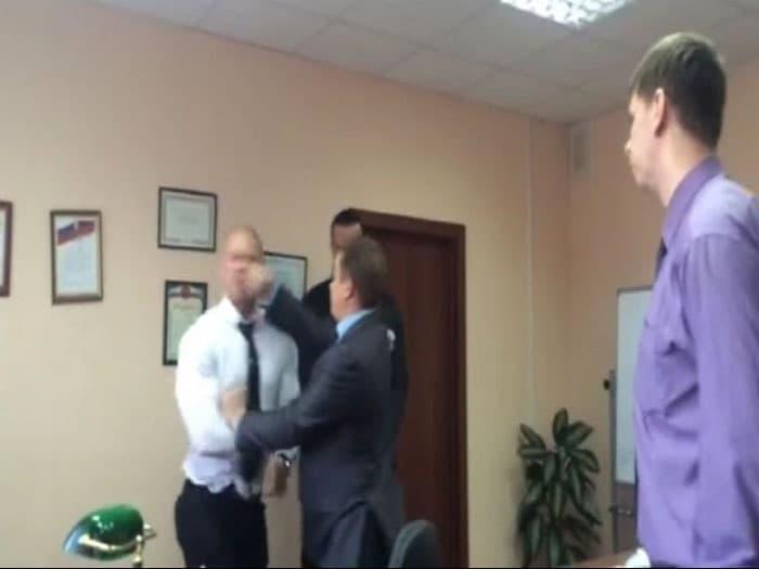 Оренбургский чиновник ударил корреспондента НТВ (видео)