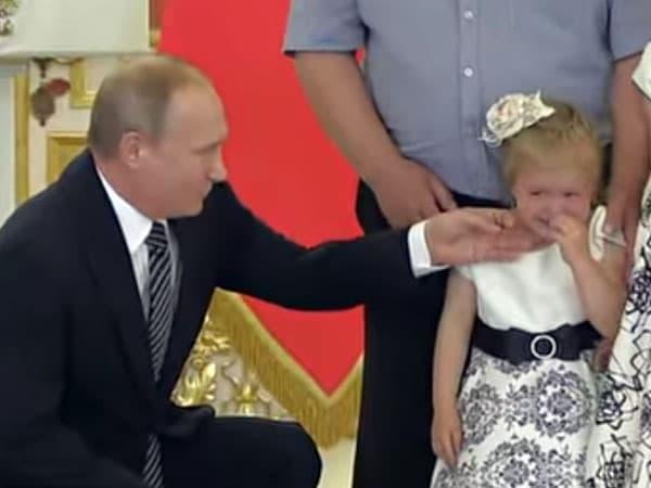 Владимир Путин попытался успокоить плачущую девочку на церемонии вручения ордена «Родительская слава» в Кремле