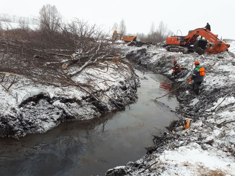 В Башкирии нефть попала в реку из-за прорыва трубопровода