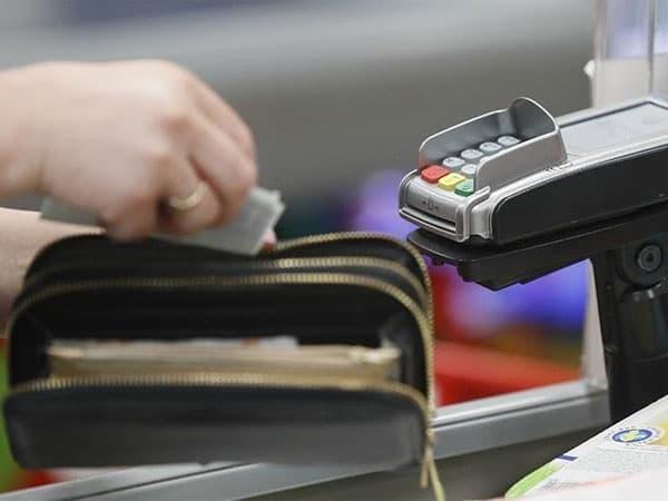 Россияне смогут снимать наличные с карт на кассах магазинов