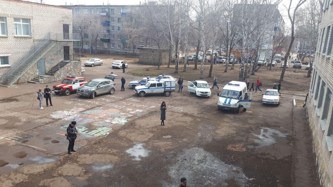 В Стерлитамаке школьник из Башкирии напал с ножом на учителя и поджег класс