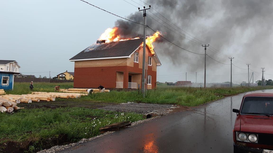 В Иглинском районе от удара молнией сгорел дом