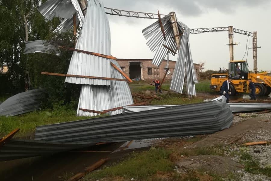 В Стерлитамакском районе ураган сорвал кровлю со здания птицефабрики