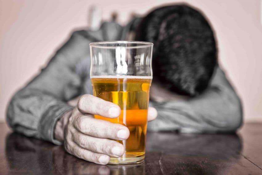 В Октябрьском пьяный сын едва не задушил собственную мать