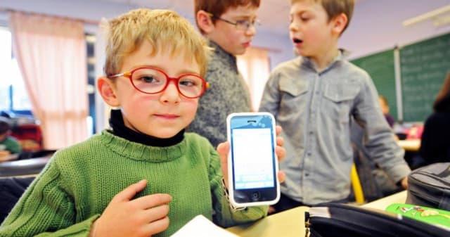 Депутаты хотят запретить школьникам  пользоваться телефонами дороже пяти тысяч рублей