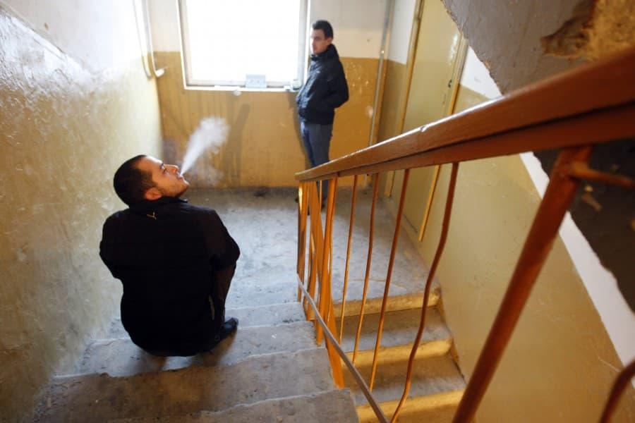 Депутаты внесли в Госдуму предложение штрафовать за курение у подъездов