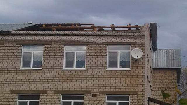 В Нуримановском районе ураган сорвал крышу со здания школы