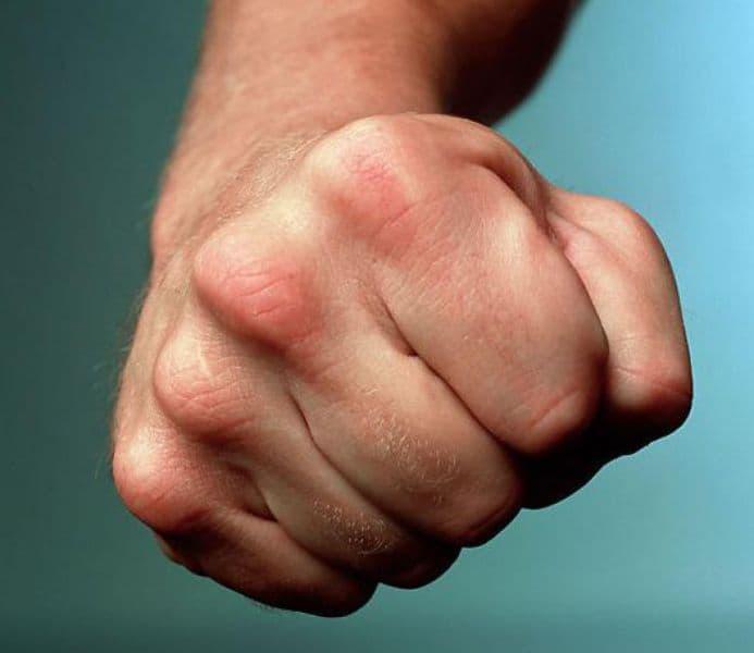 В Архангельском районе местный житель набросился с кулаками на участкового