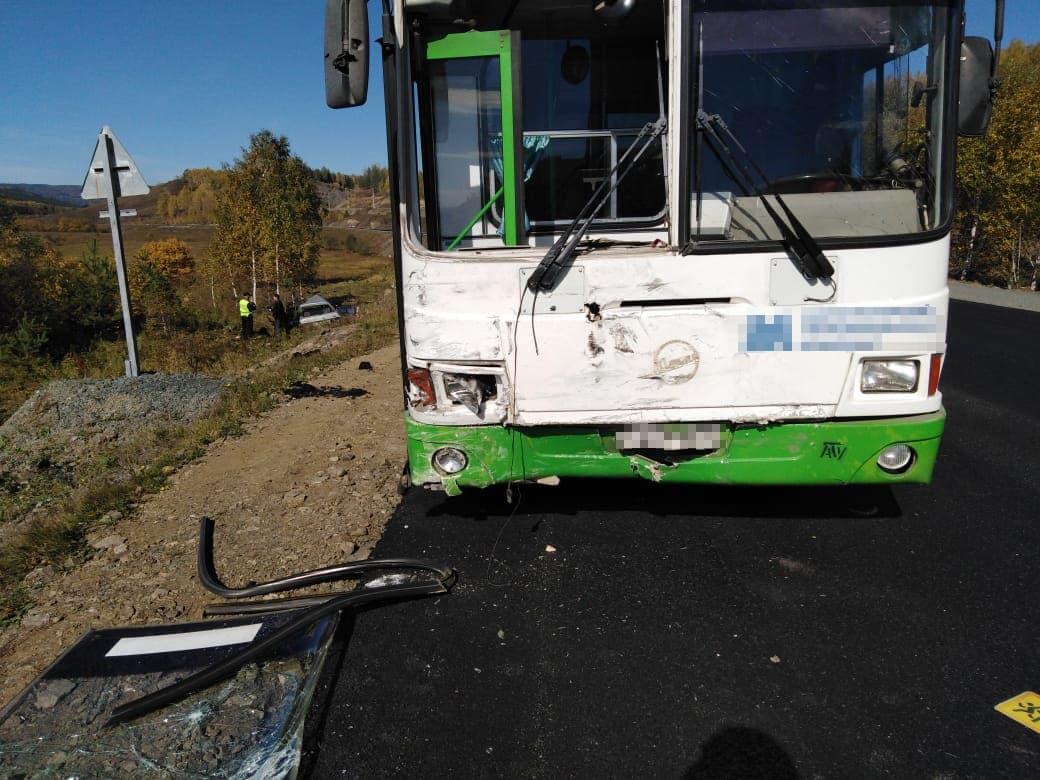 В Белорецком районе автобус с детьми попал в аварию: погиб пассажир легкового авто