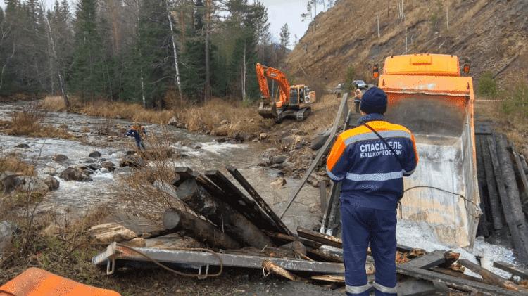 В Белорецком районе организовали временный проезд через разрушенный мост