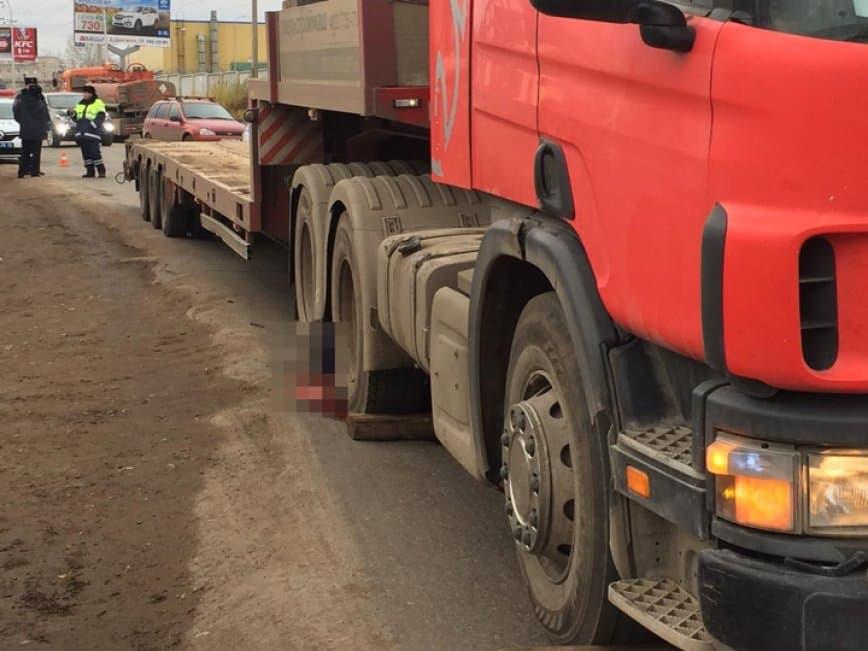 В Уфе водитель погиб под колесами собственного грузовика