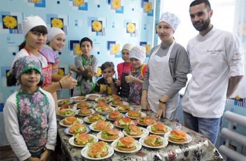 В Шаранском районе повара ресторана учили воспитанников приюта делать бургеры