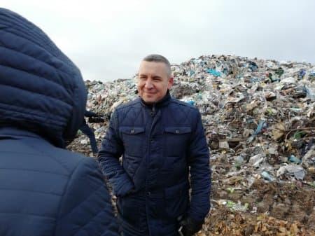 В Бирском районе жители пригласили журналистов, чтобы разобраться с разросшимся мусорным полигоном