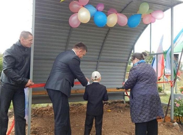 В Туймазинском районе торжественно открыли автобусную остановку для школьников